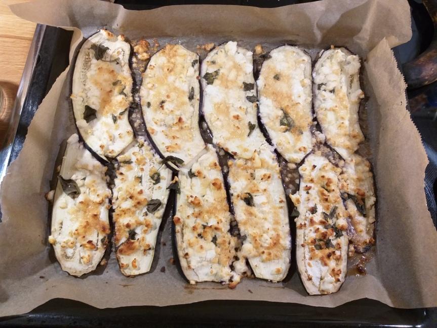 Mediterranes Sommergemüse: Auberginen überbacken mit Honig-Salbei-Feta